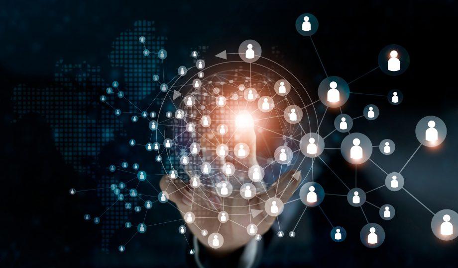 商务女性接触全球结构,网络和数据交换客户连接在黑暗的背景.