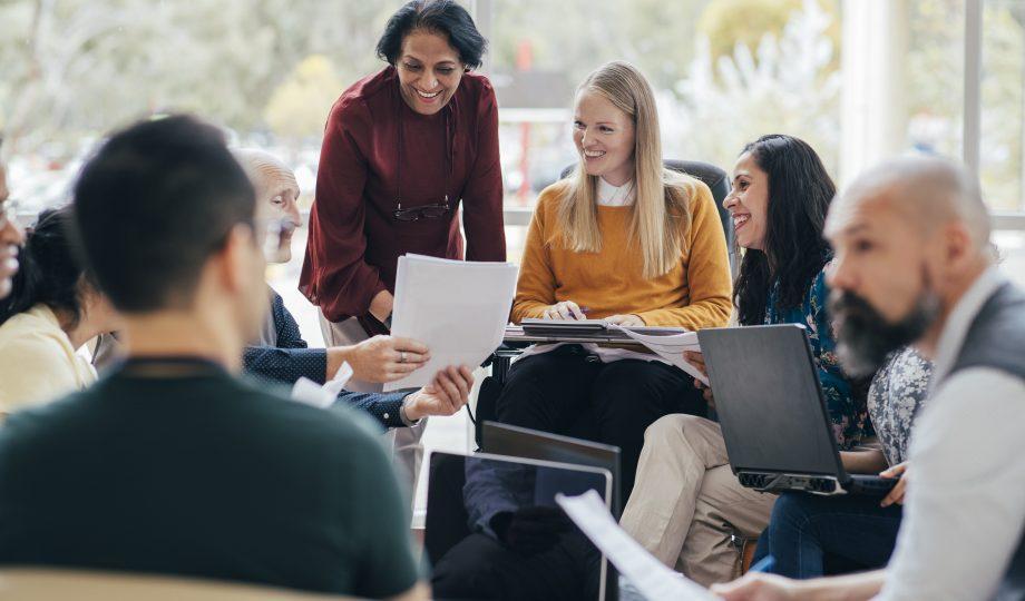 成功的商务会议中的多元化小组