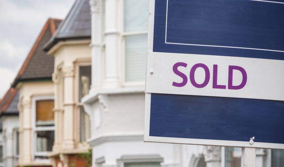伦敦Harringay Ladder地区一间连栋房屋外的出售标志