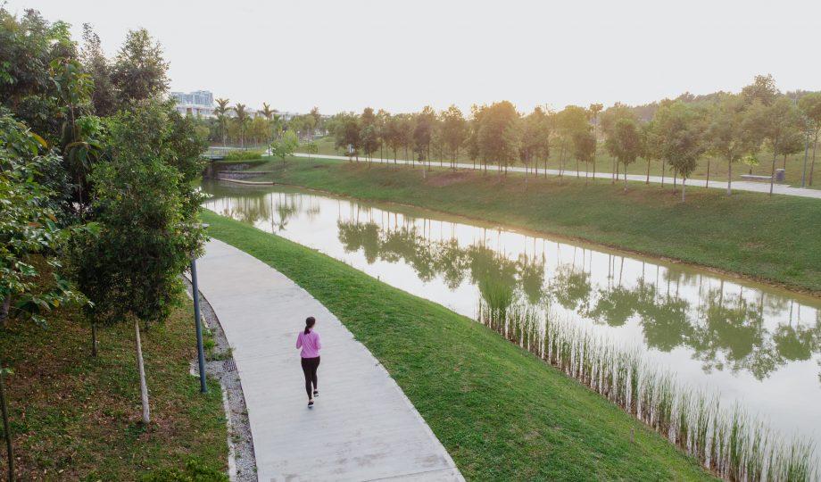 一位亚洲年轻女子慢跑的鸟瞰图